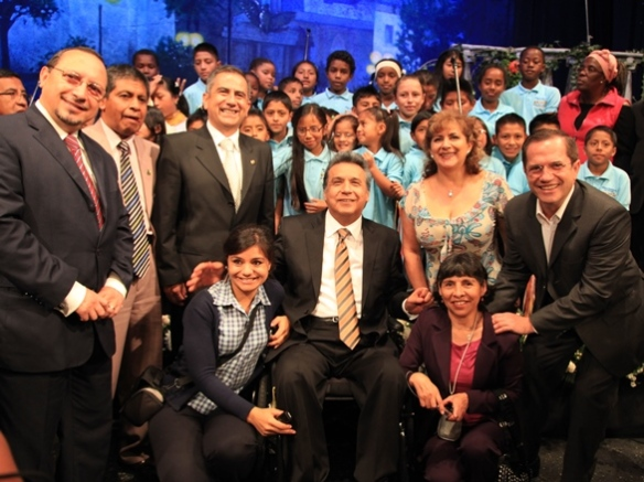 Former Vice President Lenín Moreno surrounded by supporters and well-wishers (2013). Photo: Fernanda LeMarie - Cancillería del Ecuador.